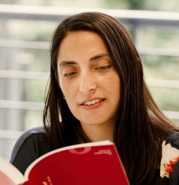 Catalina Cortes Loyola reading a book (a photo)